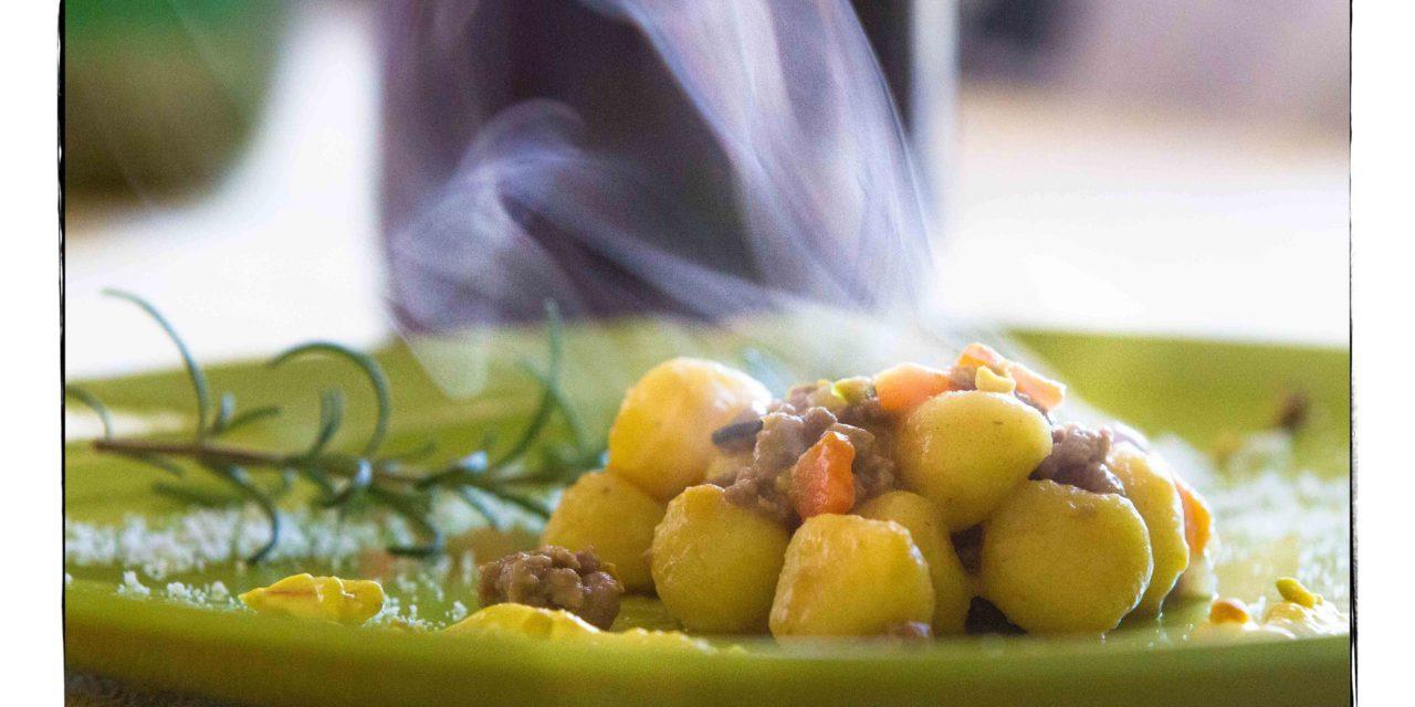 Nessun compromesso, giovedi Gnocchi di patate con ragù bianco al profumo di rosmarino e crema al curry e pistacchio